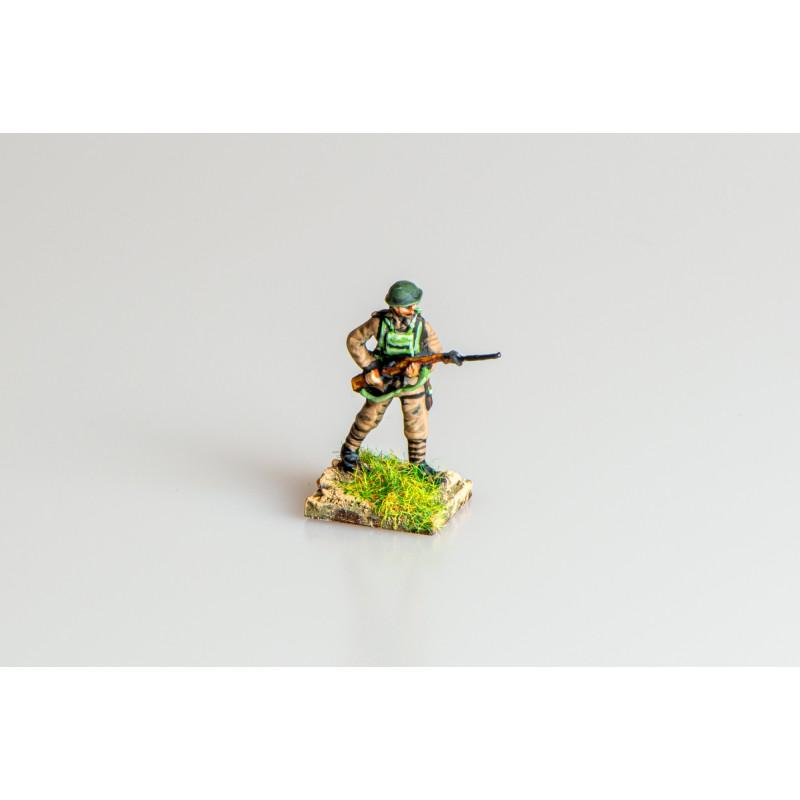 British Army – Infantry advancing